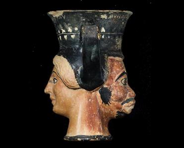 Αμφιπρόσωπος κάνθαρος των αρχών του 5ου αι. π.Χ. από την Άκανθο. © ΥΠΠΟΑ - ΑΜΘ